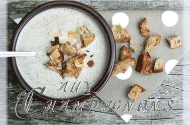 Soupe aux champignons de Paris, amandes grillées et petits croûtons au beurre