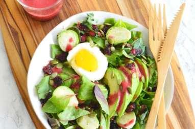 Salade d'avocats aux oeufs mollets et vinaigre de framboise