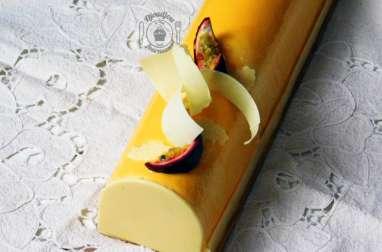 Bûche exotique à la mangue, fruits de la passion et noix de coco
