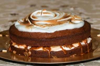 Gâteau aux épices, bananes, meringue et caramel