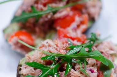 Avocat garni au thon et aux tomates cerises