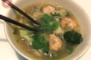 Bouillon thaï crevettes vermicelles et légumes