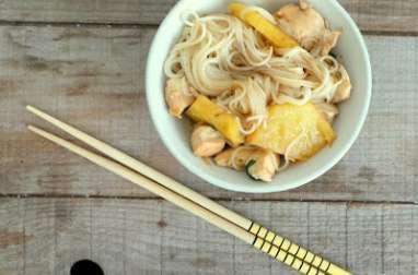 Nouilles sautées au poulet, ananas et sauce soja