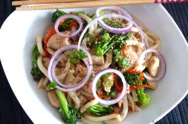 Nouilles udon sautées au poulet et au brocoli