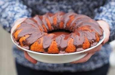 Gâteau moelleux au café et à la noix de coco, nappé de chocolat
