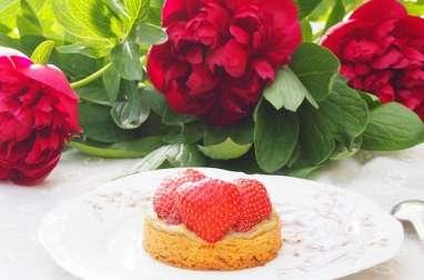 Tarte aux fraises et à la rhubarbe sur sablé breton