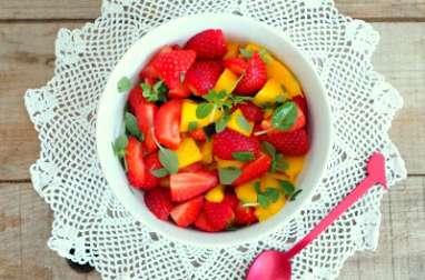Salade de mangues et de fraises au basilic petites feuilles