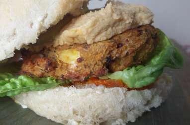 Burger végétalien au quinoa et a la patate douce et hummus