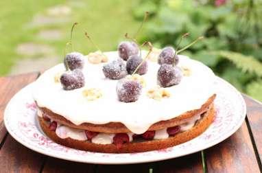 Gâteau russe aux griottes au sirop, noix et crème épaisse