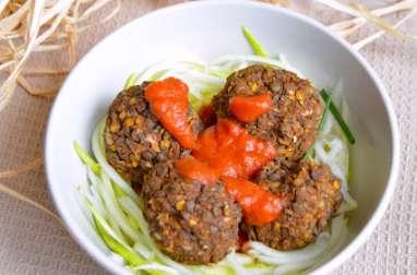 Boulettes de lentilles vertes, sauce tomate et spaghetti crus de courgettes