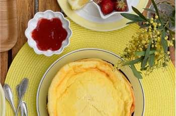 Gâteau au fromage blanc léger comme un nuage et son coulis de fraises