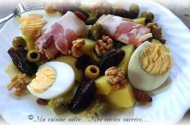 Salade de pommes de terre, œufs, bacon, fruits secs et olives