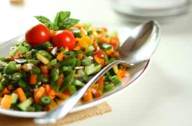 Salade fraîche de haricots, carottes, concombres et tomates comme un tartare