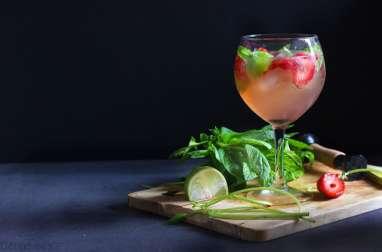 Cocktail sans alcool fraise, citron vert et menthe