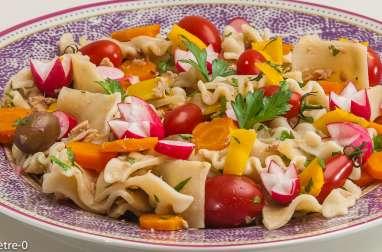 Salade de pâtes au thon, olives et légumes