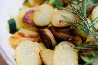 Poêlée de courgettes et de pommes de terre à l'ail et au romarin