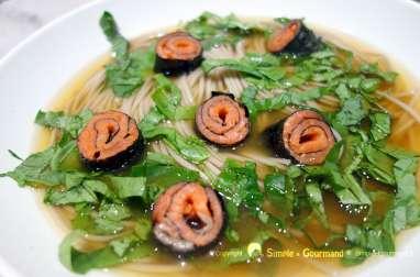 Soupe nouilles soba et saumon fumé