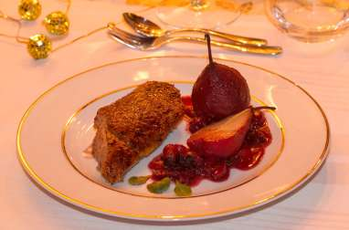 Canette rôtie, poires au vin et sauce aux canneberges