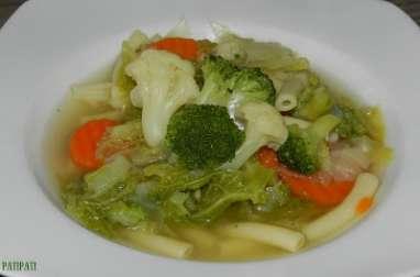 Un bouillon de légumes et de macaroni venant du frigo