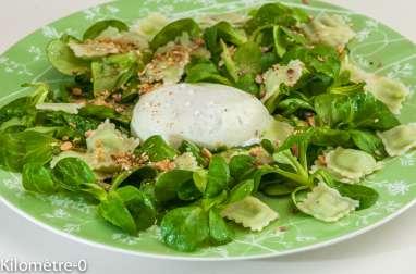 Salade de ravioles, mâche et oeuf poché