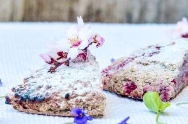 Scone violettes et framboises