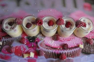 Petits pots de crème chocolat blanc et framboises
