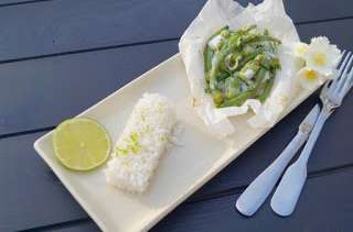 Papillote de poisson, légumes verts, herbes et citron vert