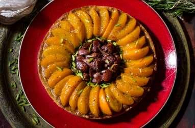 Grande tarte aux abricots parfumés de safran, de miel et de romarin, amandes caramelisées