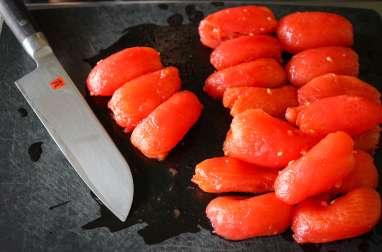 Epépiner et concasser une tomate