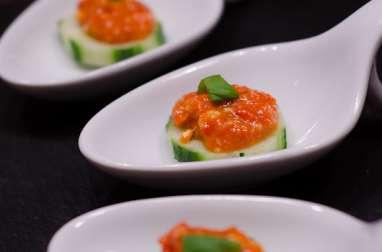 Cuillères au concombre et purée de poivron et parmesan