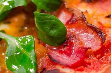 Pizza aux oignons, bacon et mâche