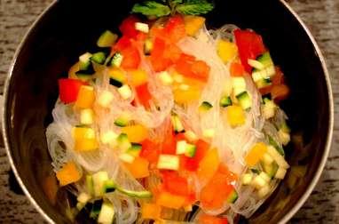 Salade de vermicelles de soja et dés de légumes crus