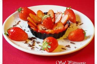 Carpaccio de fraises gariguettes dans une coupelle en chocolat