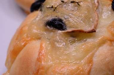 Petits pains au chèvre, au thym et aux olives