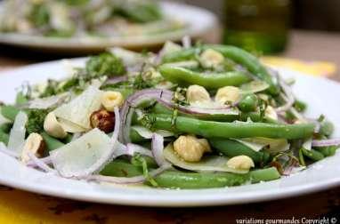 Salade d'haricots verts tièdes, oignon rouge, parmesan, noisettes et basilic