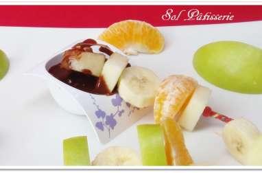 Brochette de fruits et sauce au chocolat