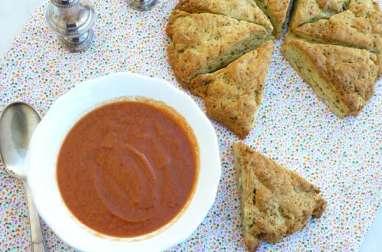 Soupe de tomates rôties et scone géant au pesto