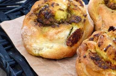Petits pains roulés au pesto d'ail des ours et de tomates confites