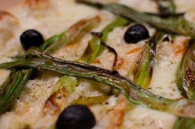 Pizza aux oignons nouveaux et à la béchamel