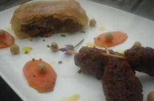 Pastilla et kefta d'agneau, salade de pois chiches et carottes, huile de sésame