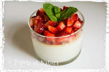 Une panna cotta aux fraises fraîches sans agar agar et sans gélatine