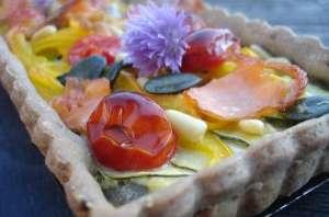 Tarte à la farine de seigle, légumes confits et saumon