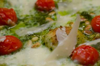 Pizza aux tomates cerises, au pesto et aux pignons de pin