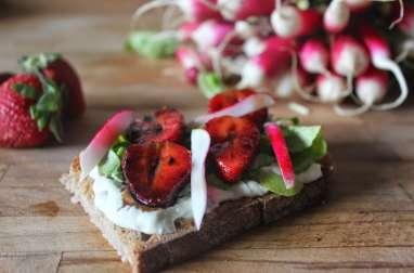 Tartine printanière aux fraises balsamiques