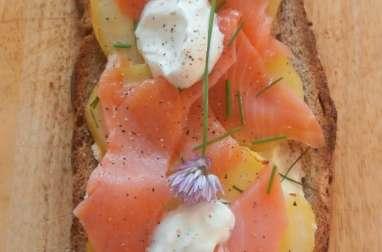 Bruschetta nordique pommes de terre, saumon fumé, fromage frais et ciboulette