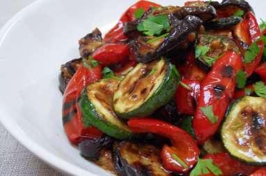 Salade méditerranéenne de courgettes, aubergines et poivrons grillés