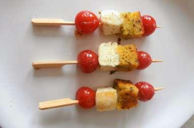 Brochettes apéritives avec des restes de cake salé, tomates cerises et fêta