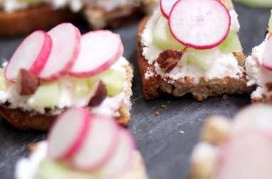 Tartines apéritives chèvre, radis, concombre et noisettes