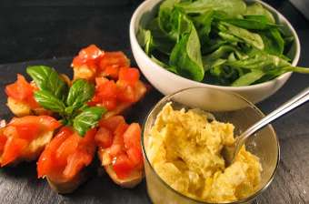 Crostini à la tomate aillée et oeufs brouillés