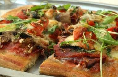 Pizza jambon cru, champignons, tomates cerises et mozzarella